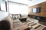 Salon z telewizorem na ścianie