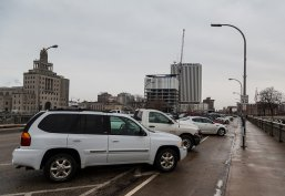 Zaparkowane samochody na miejscach postojowych